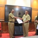 Penyerahan Surat Keputusan (SK) Pemberhentian Dan Pengangkatan Dewan Pengawas Perusahaan Umum Daerah Pergudangan Dan Aneka Usaha ( Pedaringan ) Kota Surakarta