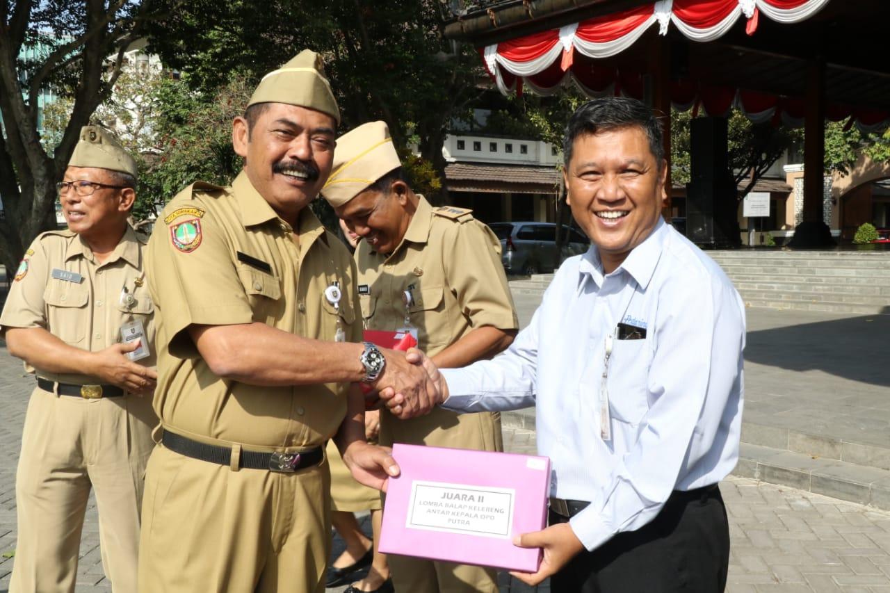 Direktur Perumda Pau Pedaringan Surakarta, Juara II Lomba Balap Kelereng